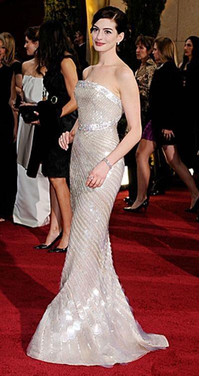Номинантка на «Оскар» Энн Хэтэуэй в платье Armani Privé, украшениях от Cartier.